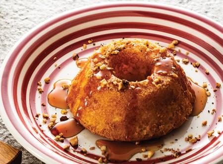 Pula fogueira: receita de bolo de pamonha com calda de café!