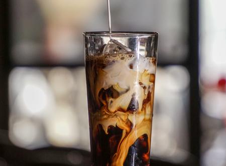 Receitas: 4 bebidas geladas com café para você fazer em casa!