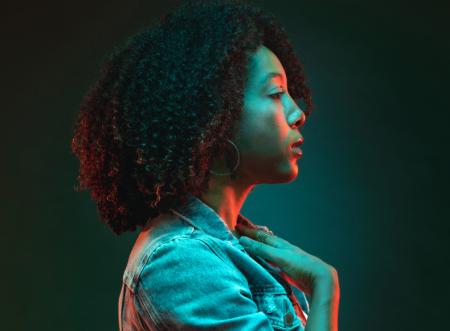 Leia sobre a vida e a carreira da cantora e compositora Negra Li