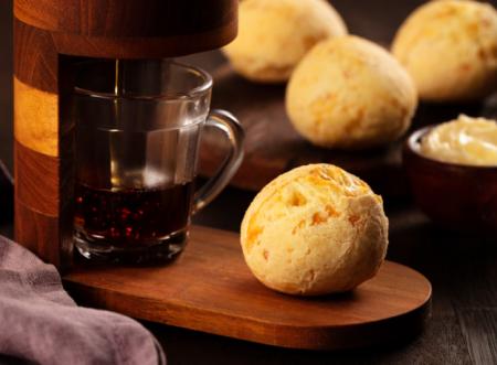 Para acompanhar a xícara: Pão de queijo com farinha de milho