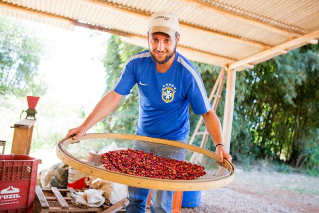 O barista grego Christos Loukakis apreciando os grãos mineiros