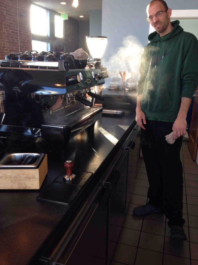Funcionário Mike preparando-se para fazer o café