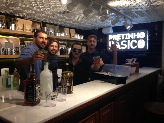 Felipe Souza (Fundador do Have a Coffee); Hans (Barista do Have a Coffee); Diogo Cypriano (Mixologista); Guilherme Loureiro (Comercial do Have a Coffee), na loja Reserva do Shopping Rio Sul