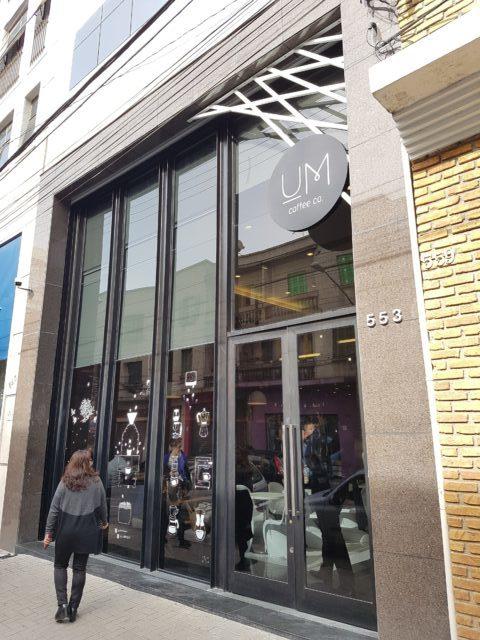 Fachada na nova cafeteria Um Coffee Co.