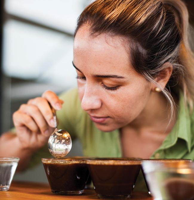 A classificadora Silmara Patrícia de Souza, fazendo o controle de qualidade na xícara.
